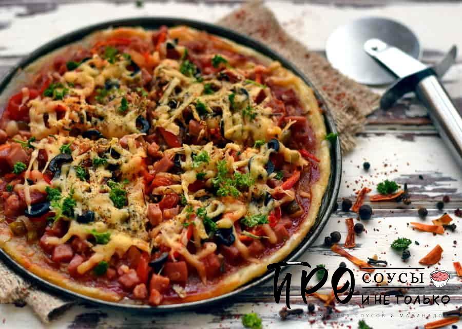 Пицца на слоеном тесте с колбасой